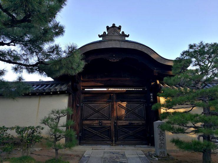 大徳寺総見院 信長門