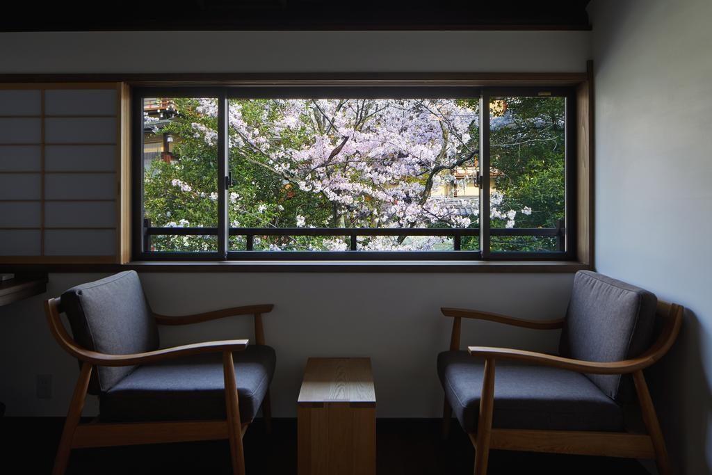 二階の窓から見える桜 窓は大きければ良いものでなく、最適なサイズがある