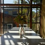 ガラスの花瓶に陽が差し込む ブルーボトルコーヒー南禅寺