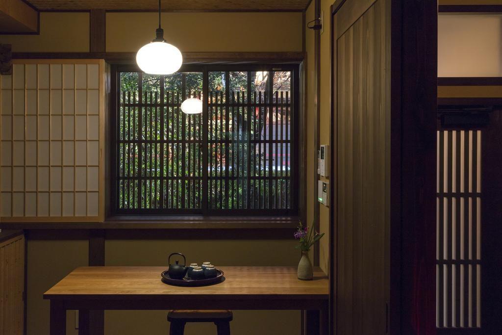 1階ダイニングルーム 高瀬川沿いの桜の木が見える