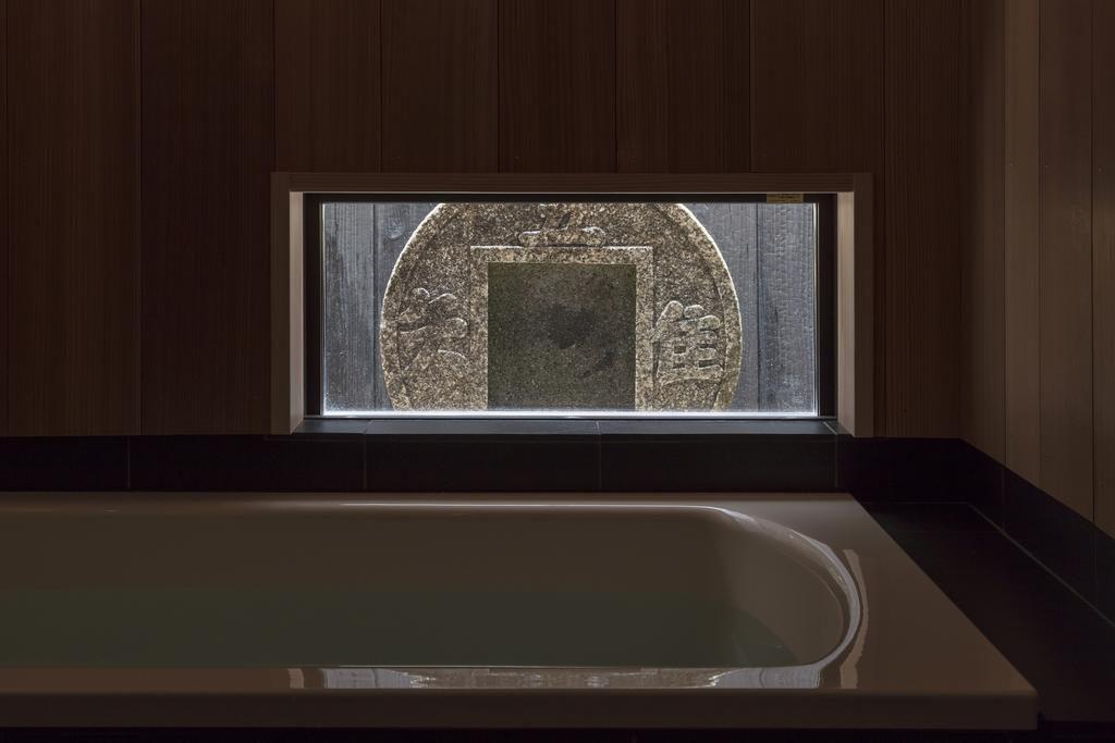 浴槽の窓からみえる「知足のつくばい」吾唯知足
