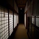 神社の畳廊下と障子の灯り