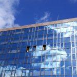 ビルのガラスに写った空の雲 御池通り