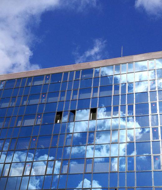 ビルのガラスに写った空