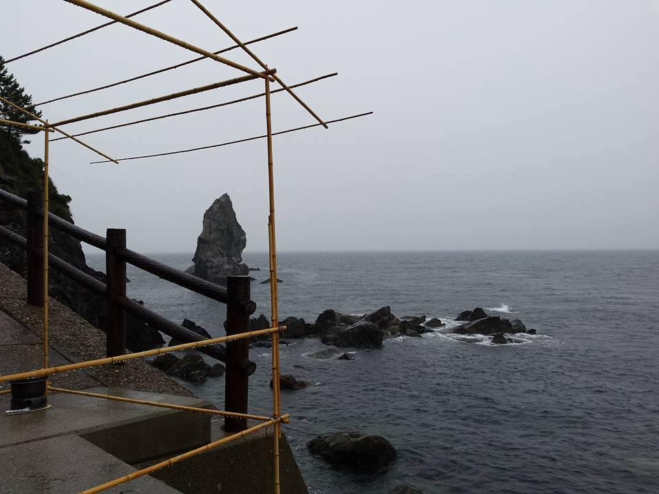 上立神岩が見えます。床が足りず、床柱を柱に繋ぎ、崖下まで伸ばして建てました。
