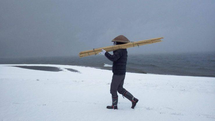 雪の中、帰庵を担ぐ 2016年1月 琵琶湖湖畔