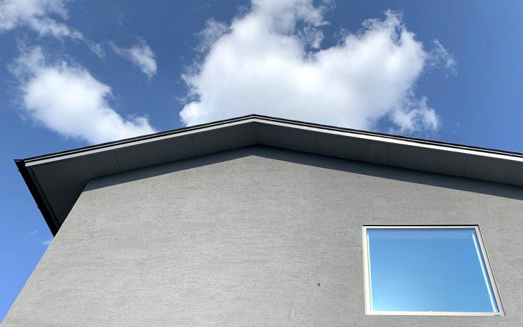 岩倉の家の窓と空